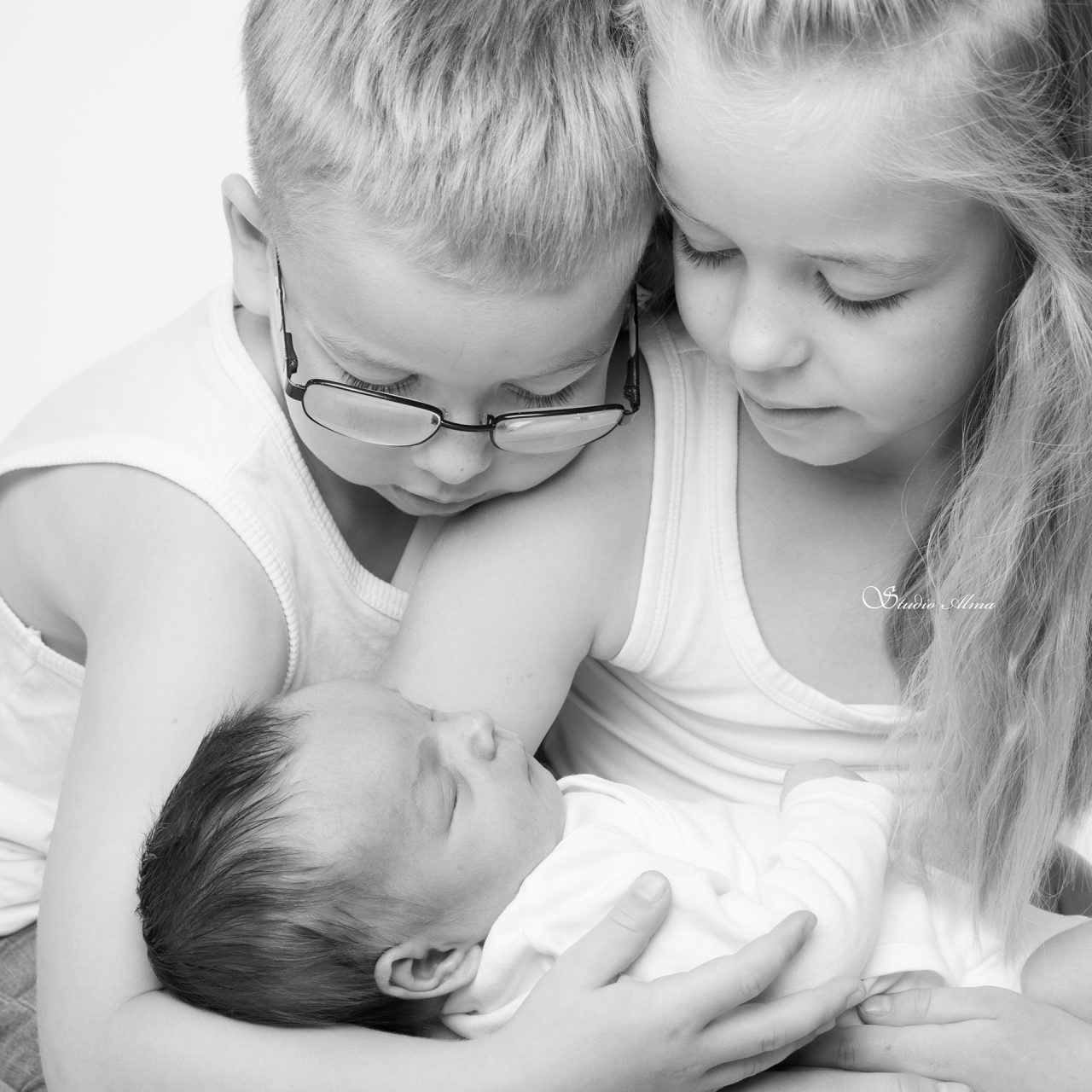 family-little-sister-studioalma-newborn