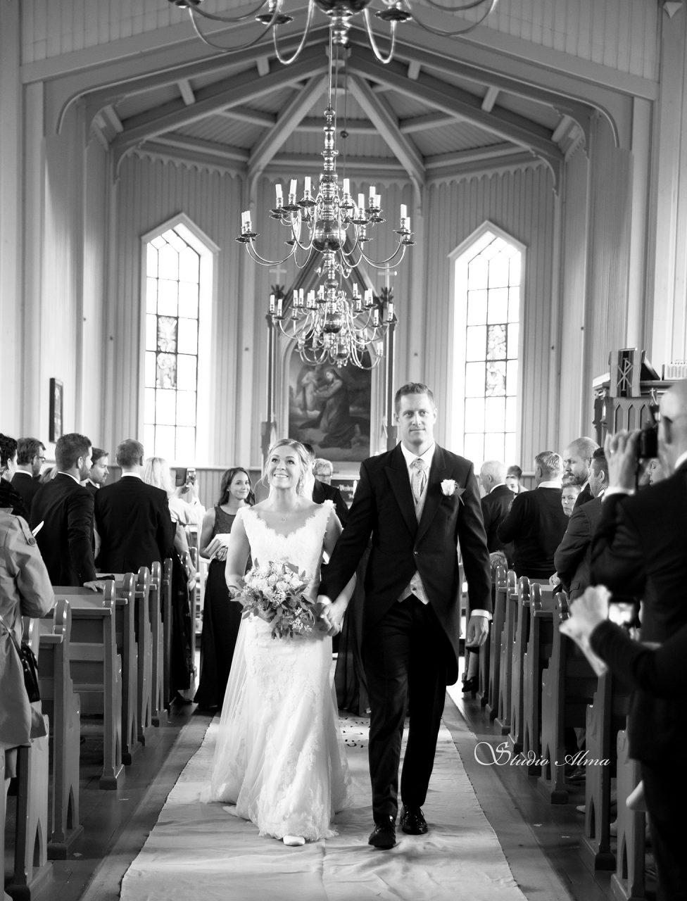 kirke-brudepar-justmarried-fotograf-bryllupsfotograf