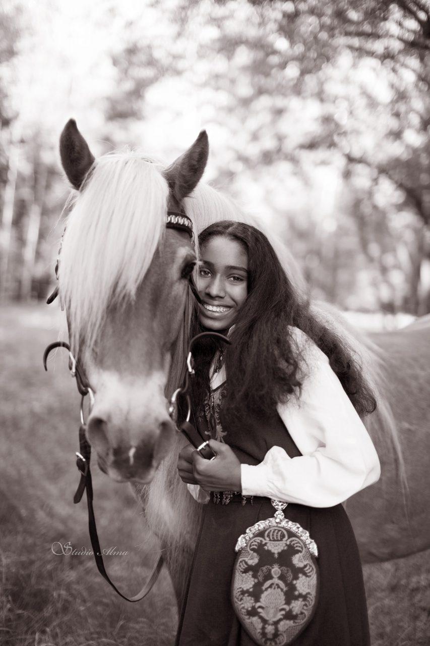 konfirmant-studioalma-bruntone-hest