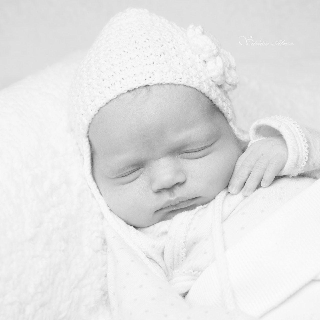 nyfødt-studioalma-newborn-hjemmestrikketlue