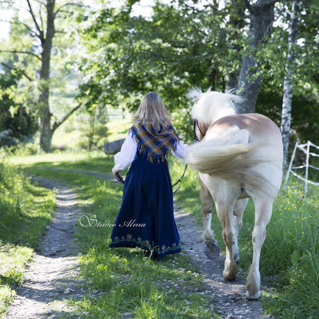 portrett-konfirmant-hest-bunad