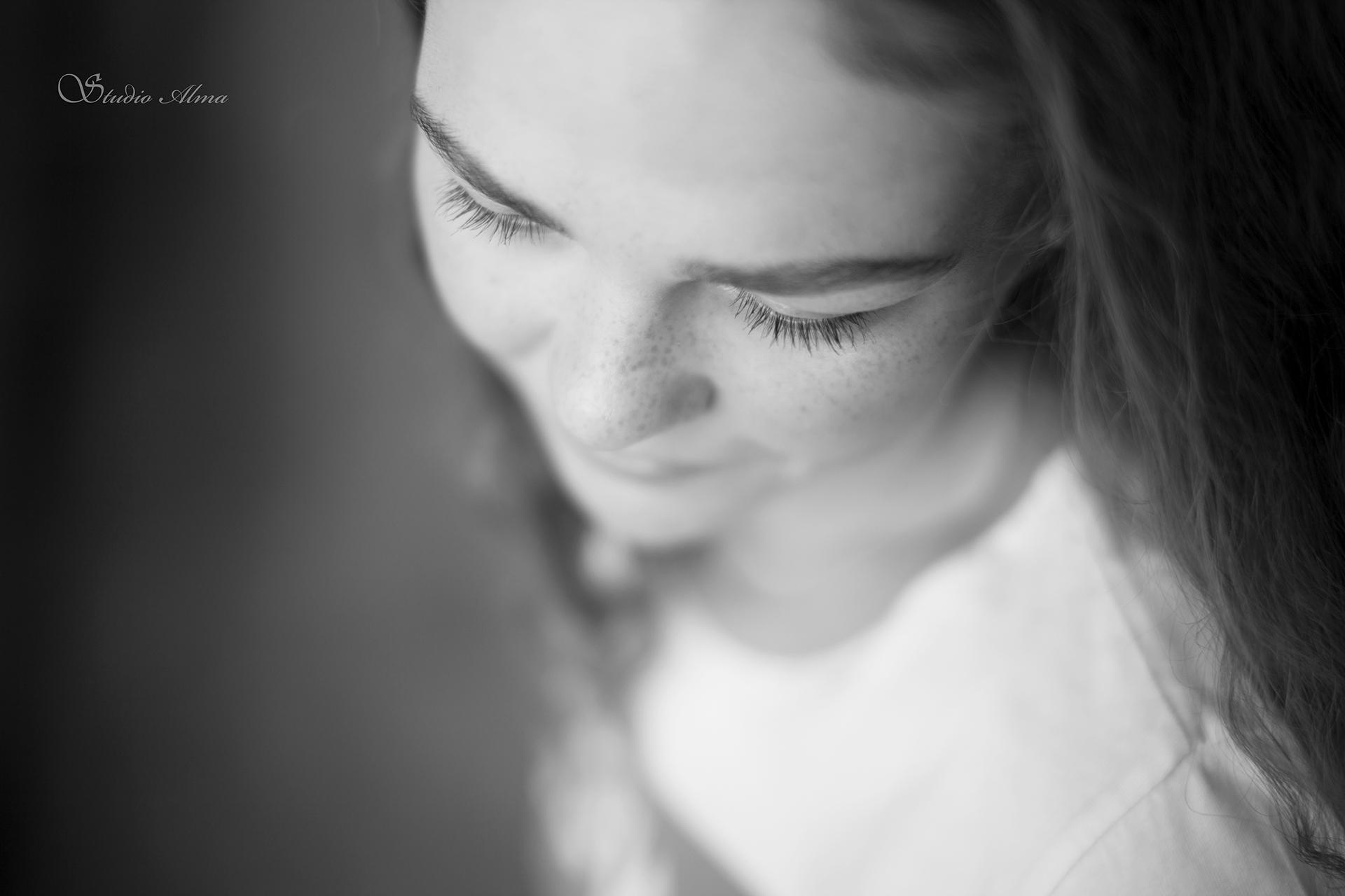 portrett-studioalma-konfirmant-ungdom-sorthvit