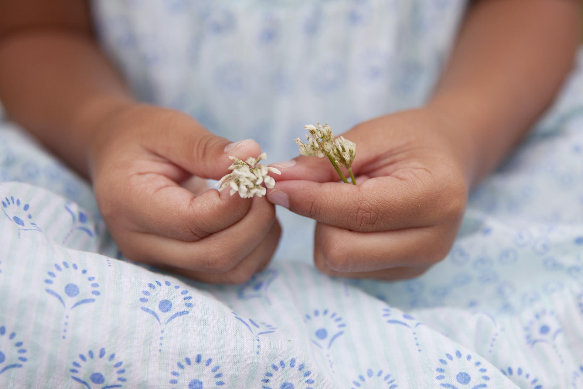 hvitkløver-studioalma-hender